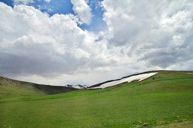 A vista sobre as montanhas do cáucaso, armênia