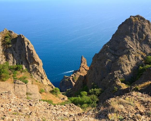A vista sobre karadag (reserva no local do antigo vulcão extinto - crimeia, ucrânia)