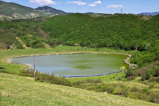 A vista sobre montanhas e rios, jvari, geórgia