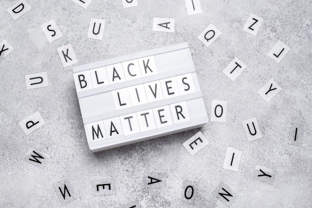 A vista superior da caixa de luz de matéria negra com letras