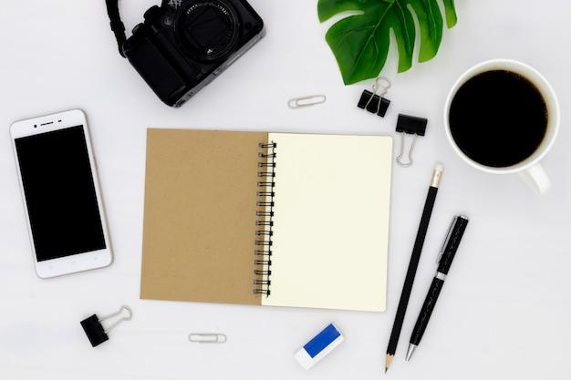 A vista superior do notebook é aberta com uma página em branco.
