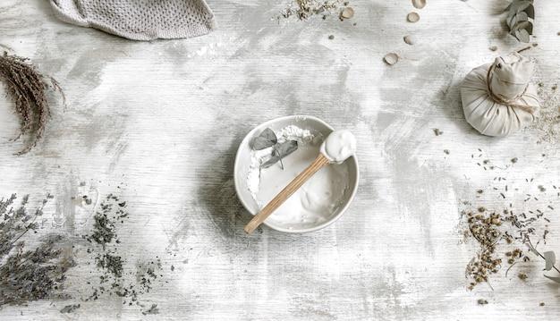 A vista superior misturou argila e água para fazer uma máscara facial de limpeza simples em casa.