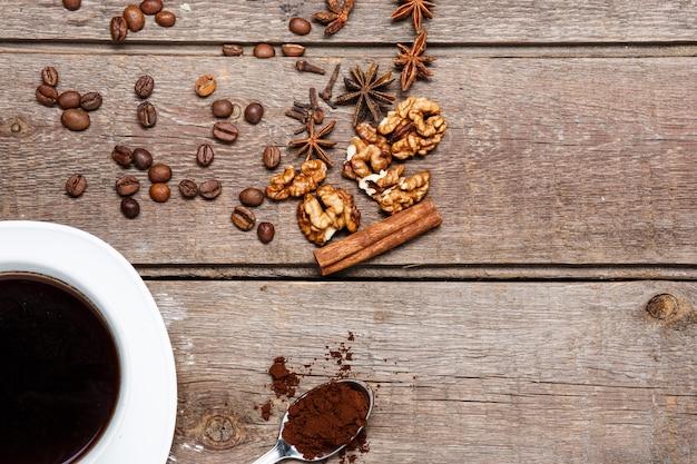 A xícara de café na mesa de madeira