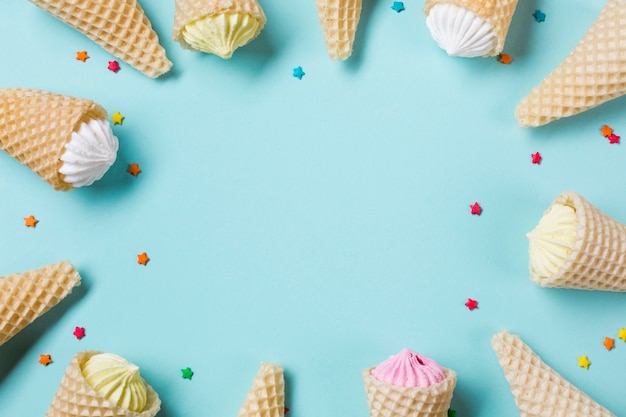 Aalaw no cone de waffle com chuviscos em pano de fundo azul