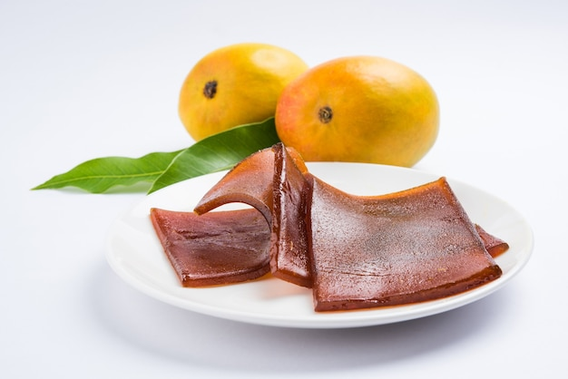 Aam papad seco ao sol ou couro de frutas da índia feito de polpa de manga misturada com solução concentrada de açúcar. foco seletivo