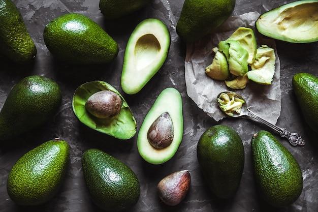 Abacate. alimentos úteis na mesa. estilo sertanejo