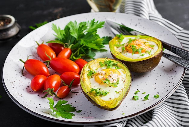 Abacate assado com ovo e salada fresca. prato vegetariano. dieta cetogênica. keto food