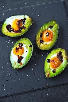 Abacate assado com ovo. keto idéia do almoço.