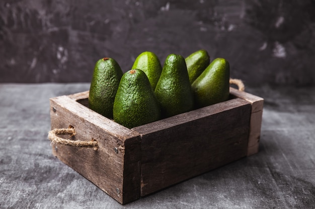 Abacate. comida saudável na mesa. caixa de madeira vintage