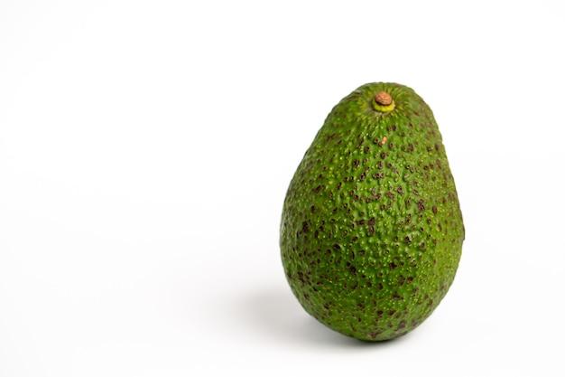 Abacate delicioso isolado em uma superfície branca