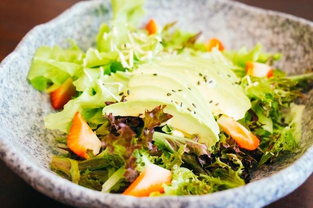 Abacate e morango com salada de legumes