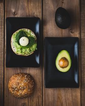Abacate e torrada com receita de guacamole