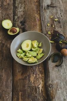Abacate em cima da mesa