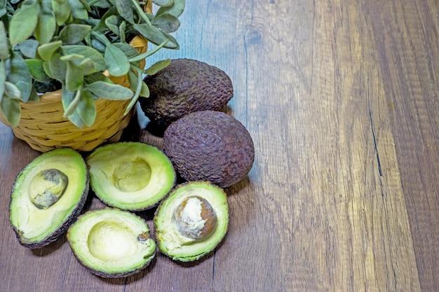 Abacate em um fundo de mesa de madeira com foco seletivo
