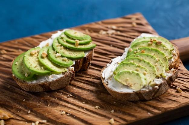 Abacate fatiado em pão torrado com nozes