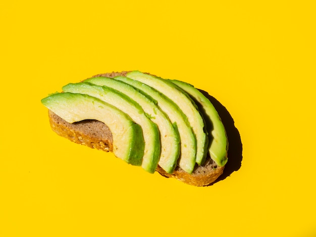 Abacate fatiado saudável em uma fatia de pão