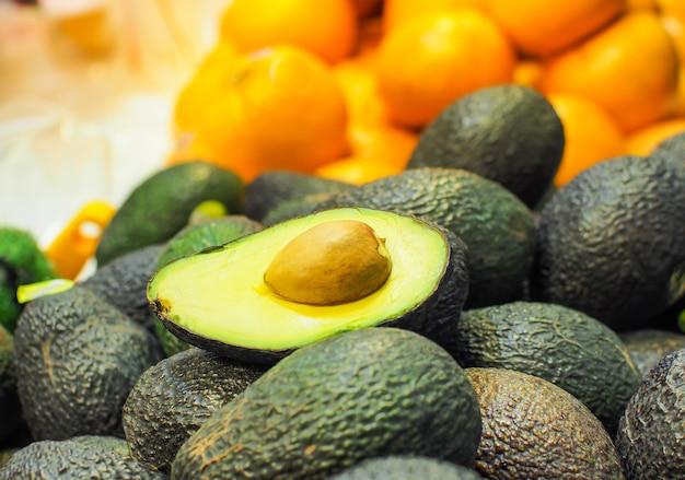 Abacate fresco (abacate de bilse) vendido nos supermercados.