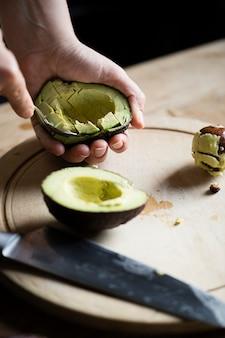 Abacate fresco cortado na cozinha