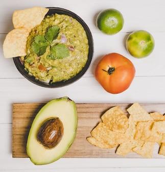 Abacate guacamole com batatas fritas comida mexicana vista plana leigos