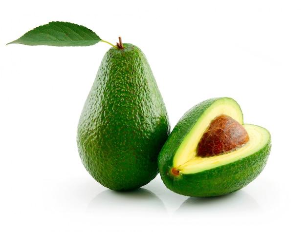 Abacate maduro com folha verde isolada no branco