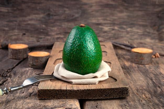 Abacate maduro em madeira