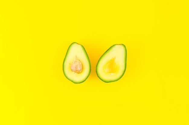 Abacate maduro fatiado na mesa
