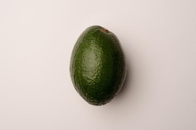 Abacate maduro isolado sobre o branco
