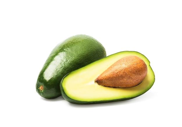 Abacate maduro verde fresco isolado no branco