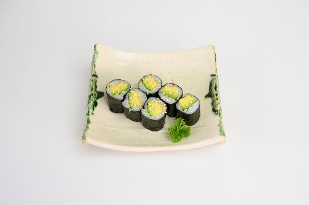 Abacate maki sushi roll algas com arroz japonês