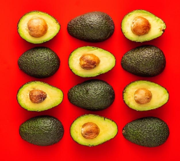 Abacate no vermelho. padrão com abacate. abstrato