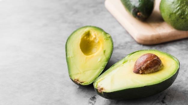 Abacate orgânico de close-up em cima da mesa