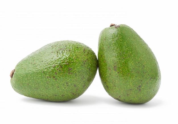Abacate verde inteiro isolado no branco