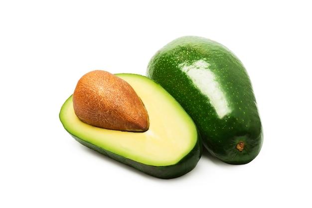 Abacate verde isolado no branco