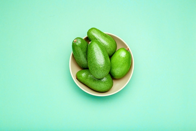Abacates verdes orgânicos maduros frescos no prato