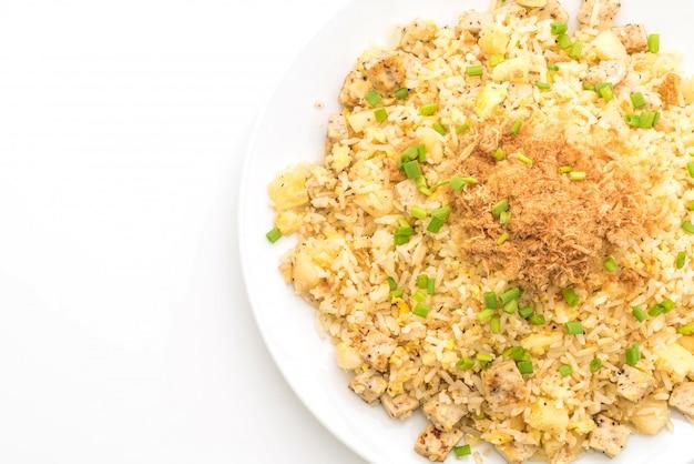 Abacaxi arroz frito com carne de porco desfiada seca