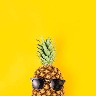 Abacaxi brilhante em óculos de sol