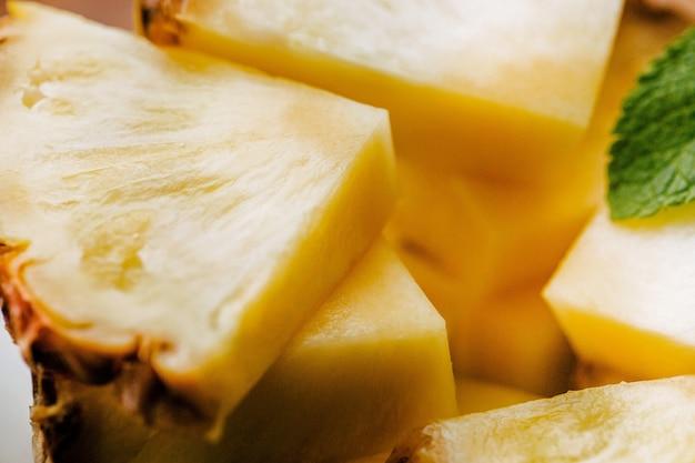Abacaxi com corte fresco servido com hortelã