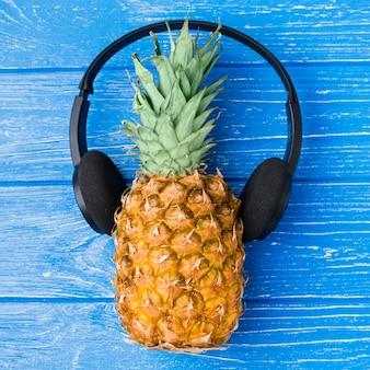 Abacaxi com fones de ouvido a bordo