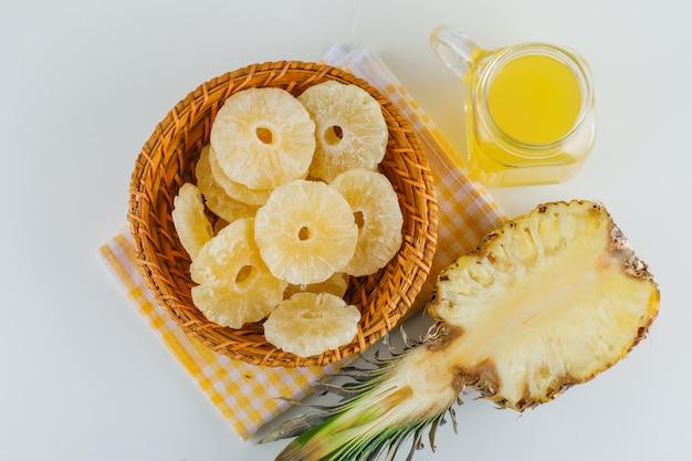 Abacaxi com suco e anéis cristalizados na toalha de cozinha