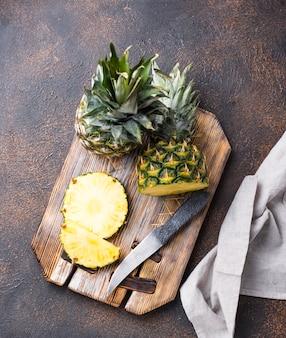 Abacaxi cortado na placa de corte