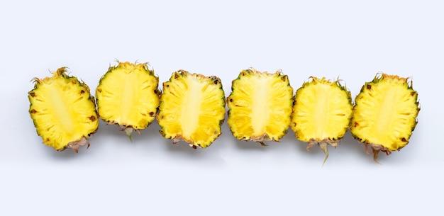 Abacaxi cortado pela metade isolado no branco