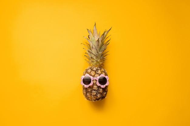 Abacaxi de moda hipster em óculos de sol