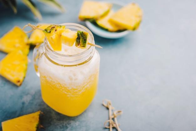 Abacaxi doce bebida cocktail em azul