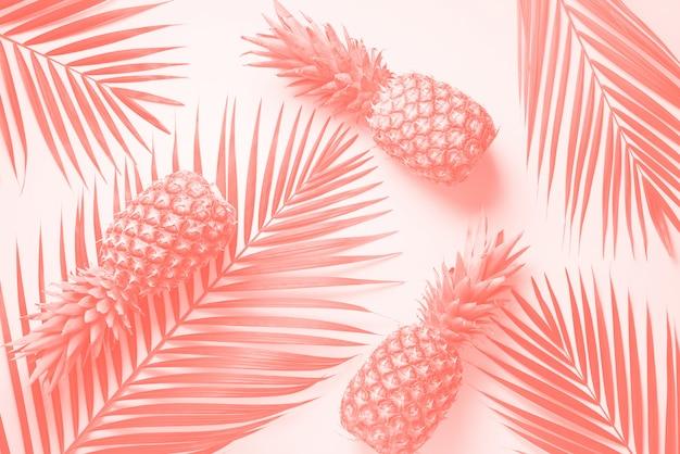 Abacaxi e folhas de palmeira tropical