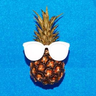 Abacaxi e óculos de sol. mínimo