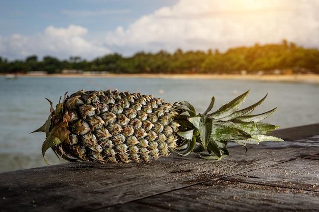 Abacaxi em uma praia exótica.