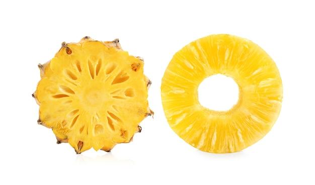 Abacaxi fatiado sobre superfície branca