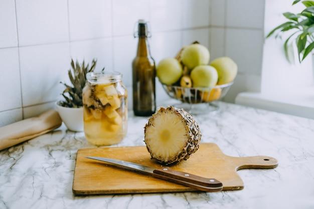 Abacaxi fermentado kombuchá bebida tepache processo de cozimento de abacaxi caseiro superalimento probiótico