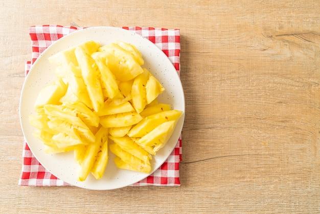 Abacaxi fresco cortado em prato branco