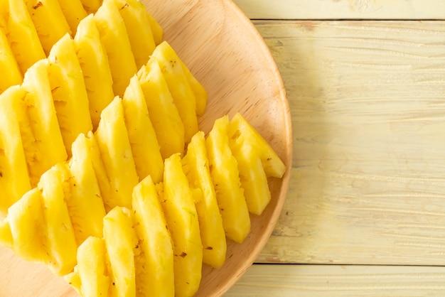 Abacaxi fresco cortado em prato de madeira